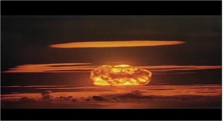 in den 70er Jahren war der Kalte Krieg auf dem Höhepunkt, die Angst vor einem Atomkrieg allgegenwärtig. Das wurde in Filmen wie Straße der Verdammnis gerne mit drastischen, doch zugleich auch schönen Bildern wie diesen dargestellt