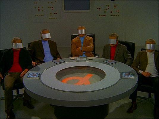 """""""Die Organisation"""" operiert weltweit und ist privat finanziert. Jede Abteilung wird von einem Rat geleitet, der entscheidet, ob ein Alpha-Fall vorliegt, oder nicht. Schon in der ersten Folge wird  der SciFi-Mysterycharakter der Serie unterstrichen"""