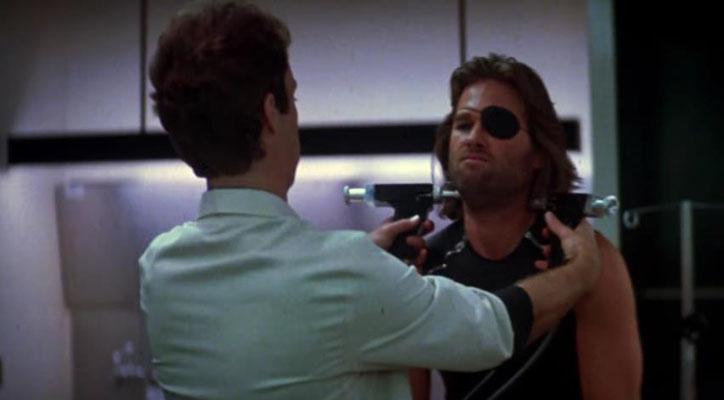 ohne sein Wissen wird Snake Plissken eine Sprengladung in die Halsschlagader injiziert Dies ist eine der Schlüsselszenen des Films, die aus einem Angebot zur Freiheit einen unerbittlichen Wettlauf macht