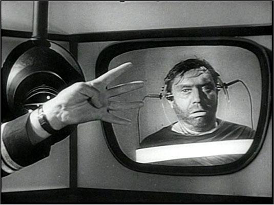 """Eine der insgesamt relativ harmlos gehaltenen Folterszenen, die Winstons Willen brechen sollen. Für diese Zurückhaltung erntete der Film seinerzeit leider viel Kritik. """"Wie viele Finger halte ich hoch?"""", fragt O´Connor immer wieder"""