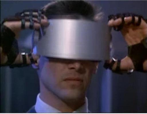 Keanu Reeves als typisch mimikarmer Soziopath, der unfreiwillig zum Helden wird. Beachtenswert sind die verwendeten Props, die hier unter anderem die VR vorweg nehmen