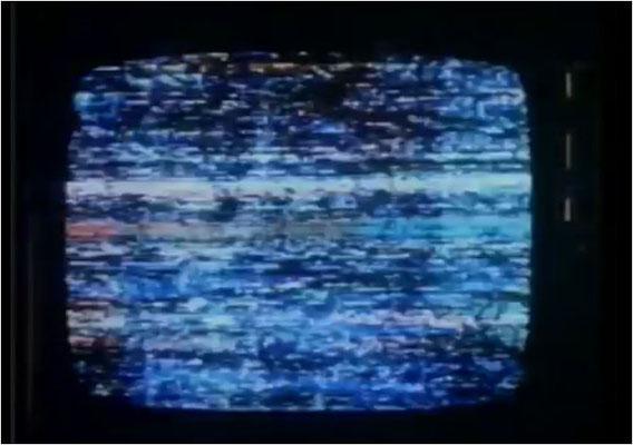 immer wieder wird das Fernsehbild gestört und seltsame Nachrichten gesendet, die bei den Zuschauern Kopfschmerzen verursachen