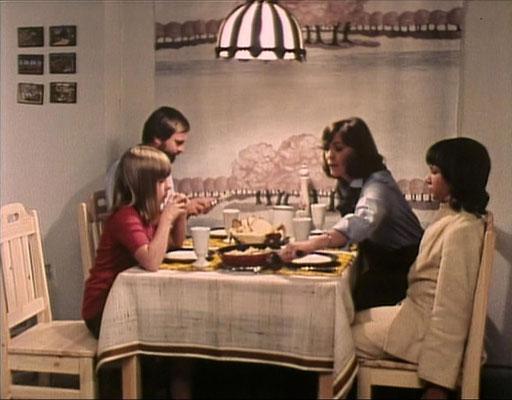 links: Lutz Hochstraate als Thomas und Natascha Kilbinger als Julie. Rechts:Thekla Carola Wied als Hilda und Balthasar Lindauer als Jan