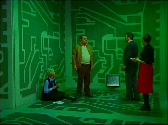 """eine Szene aus Folge 3: """"Wie die Ratten"""", in der Außerirdische Menschen auf einen Sateliten beamen, um mit ihnen zu experimentieren. Mit einfachsten Mitteln, hier einer Schalttafel-Optik, wird dem Zuschauer die Fremdartigkeit der Umgebung klug suggeriert"""