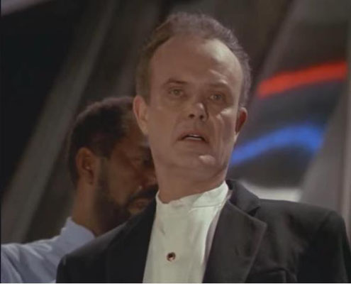 Kurtwood Smith als Gefängnisdirektor Poe