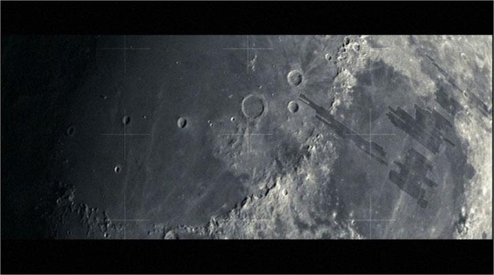 mittels einfacher, aber eindrucksvoller Bilder wie dieser wird dem Zuschauer vermittelt, wo sich der Protagonist befindet und wer Lunar Industries ist