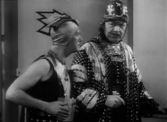 heute eher ein belustigendes Bild: Badekappen mit flossenartigen Zacken dienen als Helme der bösen Truppen des Unga Khan