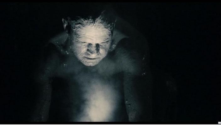 die Ausgangssituation des Films gleicht der in einem Survivial-Horror Computerspiel. Ein halb nackter Mann erwacht ohne Erinnerung in einer kalten, dunklen Höhle