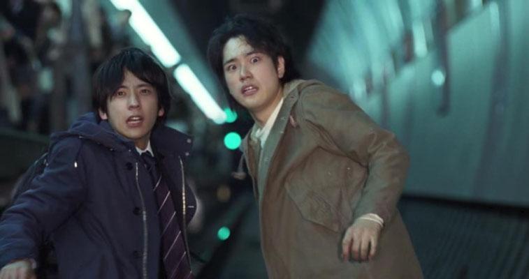 Kei Kurono und sein Freund Masaro Katu sehen einer herannahenden U-Bahn entgegen. Was wie ein Urban Fantasy- oder Mysteryfilm beginnt, entpuppt sich im weiteren Verlauf als eine interessante Science Fiction Idee