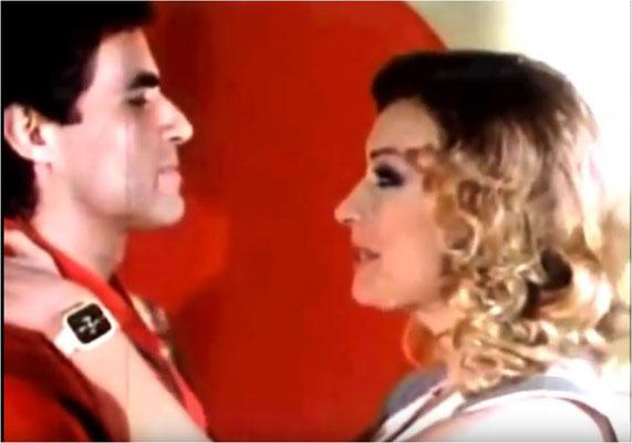 ob der gleich folgende Kuss ebenso schlecht schmeckt, wie er gespielt ist? Antonio Sabato und Malisa Longo zeigen ihr nicht vorhandenes Schauspieltalent