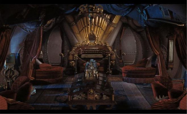 das wundervolle Set von Kapitän Nemos Kabine mit der berühmten Orgel