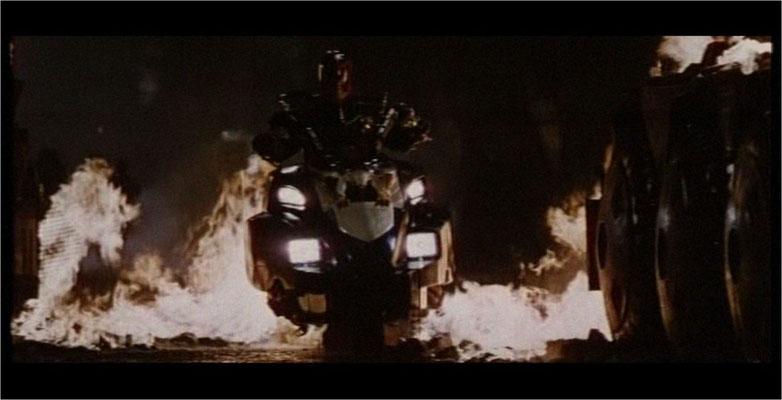 nachdem bis 1995 ca 40 Millionen Judge Dredd Comics über die Ladentheken gegangen waren schien es nur logisch, Judge Dredd zu verfilmen