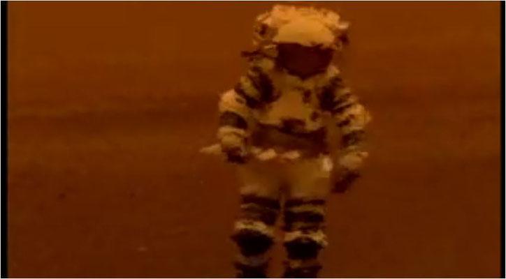 ein Astronaut auf in einem Sturm auf dem Mars. Man beachte die Aufnahmetechnik und den Raumanzug
