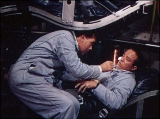 Dr. Cargraves versucht Sweeney eine Tablette gegen Raumkrankheit zu verabreichen, diese macht sich in der Schwerelosigkeit davon