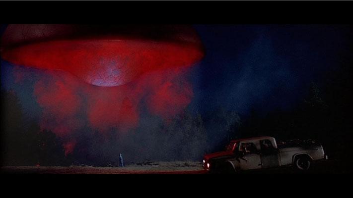 dem Zuschauer ist von Anfang an klar, dass Travis ein Opfer Außerirdischer ist. Hier: Travis kurz vor seiner Entführung.