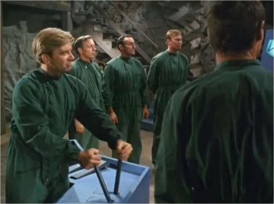 (futuristische Maschinen, die dazu dienen, Menschen umzuprogrammieren und kaltblütige Aliens: Mitte der 60er Jahre war der Einfluss der zahlreichen Invasionsfilme der 50er Jahre noch sehr spürbar und der kalte Krieg im vollen Gange