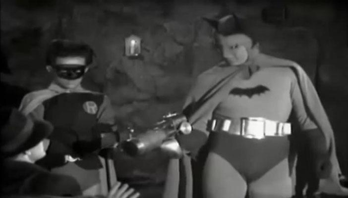 auch wenn es die früheste Filmadaption der beliebten Superhelden ist: schon hier sind die grundlegenden Details des typischen Kostüms vorhanden. Leider kommt der Batgürtel allerdings nicht zum Einsatz