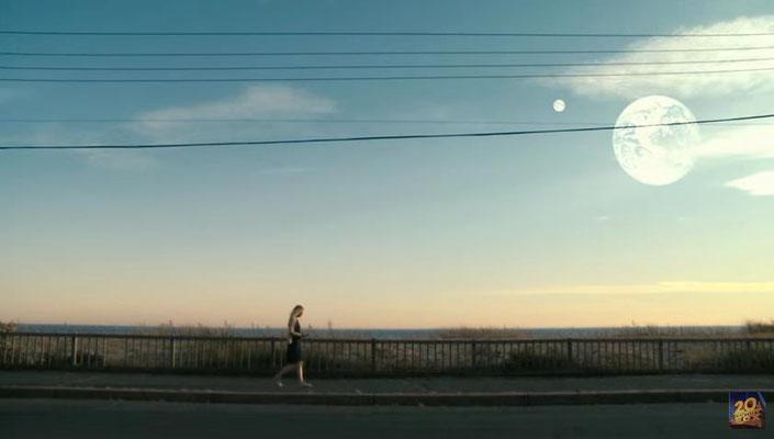 in Beispiel für die Bildsprache, mit der Regisseur Mike Cahill arbeitet. Diese Bild drückt sowohl Rhodas Einsamkeit, als auch die Schönheit der Hoffnung aus, die am Firmament prangt