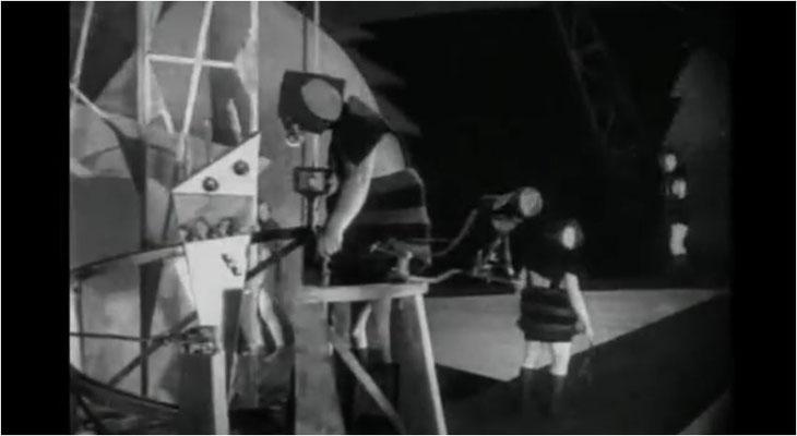 berühmt wurde der Film aber für seine Science Fiction Elemente, vor allem die Kostüme und ungewöhnlichen Sets