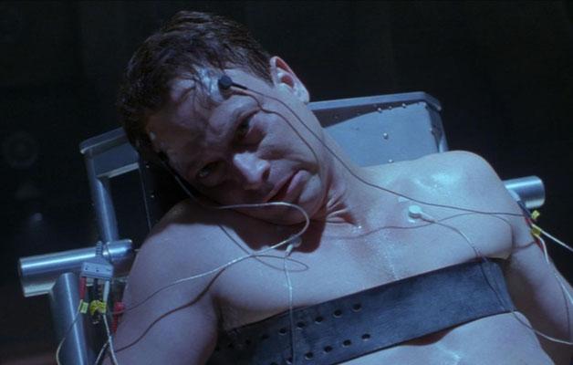 der Wissenschaftler Spencer John Olham, hervorragend gespielt von Gary Sinise,  wird verdächtigt, ein von den Centauri entwickelter Replikant zu sein