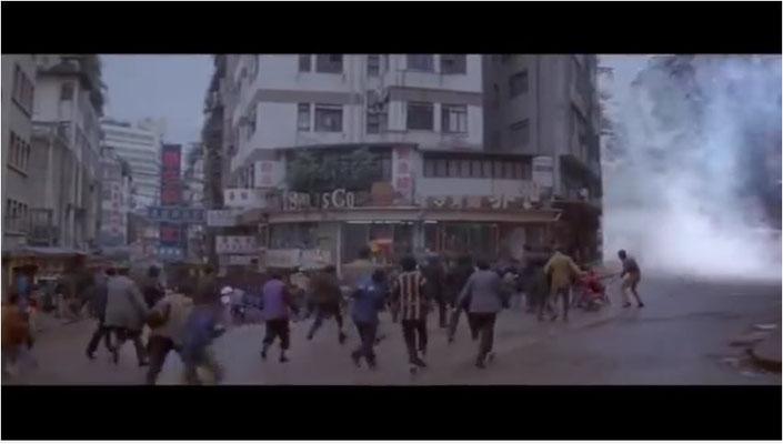 ein recht großer Teil des Budgets wurde sicherlich auf die Desaster-Sequenzen verwendet, hier: die sehr gut gemachte Sequenz eines Tsunami, der über Hong Honk hereinbricht. Die Wassermassen strömen aus einer Seitenstraße auf die Flüchtenden zu
