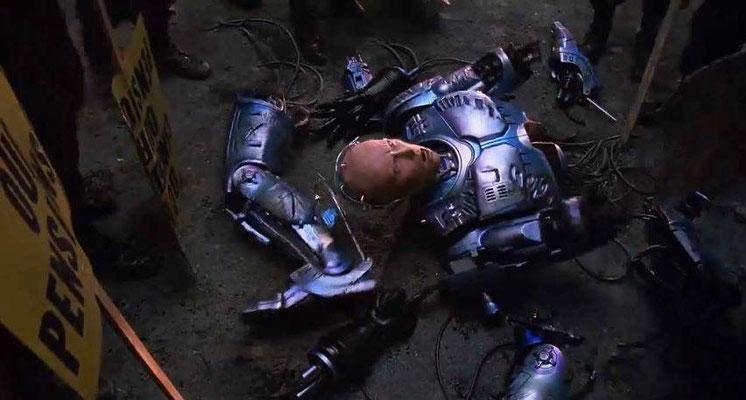 zerstückelt und geschunden wird Robocop vor dem Polizeirevier aus einen Wagen geworfen