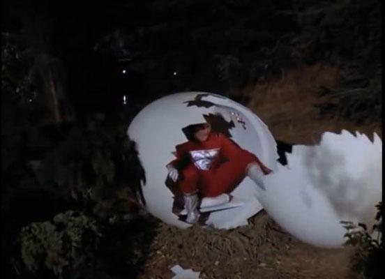 Mork vom Ork steigt aus seinem eiförmigen Raumschiff