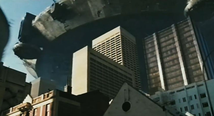 ein riesiges Raumschiff schwebt über Johannisburg