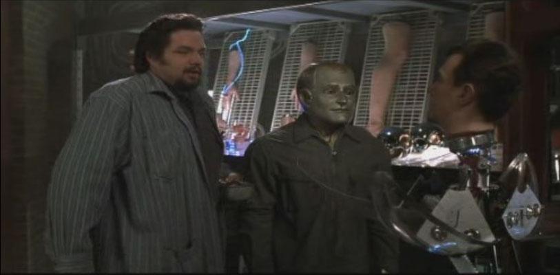 Der Robotik-Spezialist Rupert hilft Andrew, äußerlich menschlich zu werden...