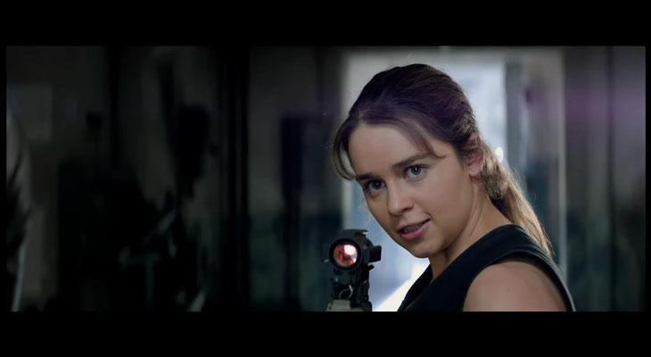 Emilia Clarke hat nicht nur typmäßig eine gewisse Ähnlichkeit mit Linda Hamil, der ersten Sarah Connor. Sie passt auch als Schauspielerin hervorragend in diese Rolle und gewinnt ihr neue Facetten ab