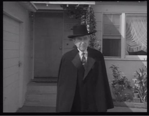 Bela Lugosi war zum Zeitpunkt des Drehs bereits verstorben. Ed Wood schrieb sein Drehbuch um, um die letzten Aufnahmen mit dem Kult-Horrorstar verwenden zu können, die er kurz vor dessen Tod noch gedreht hatte