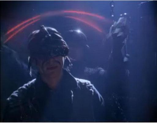 stylisch: ein LoTek wird von einem Yakuza mit einer Laserpeitsche eliminiert