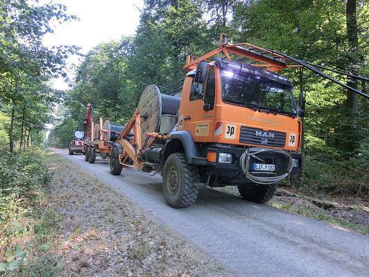 Lkw mit den 3 Trommel mit Starkstromkabel für 20 Kilovolt
