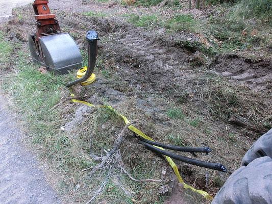 Anderes Ende mit herausragenden Kabeln und Leerrohr, inzwischen im Boden