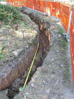 Kurvengraben mit Kabeln, Leerrohr und Trassenband