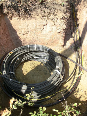 Grube mit Vorratsringen für Kabel und Leerrohr am Windrad-Bauplatz