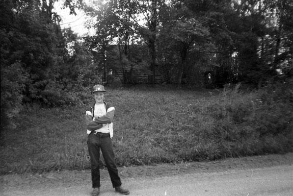 Юрий Дроздецкий у дома своей бабушки Веры Прокопьевны Дроздецкой. Фото 1980-х гг.