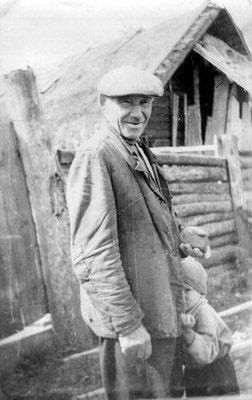 Я с дедушкой на фоне того сарая, который сохранился и мы его с Вами видели когда останавливались на том месте в Рябиково. У дедушки в руках камень, которым, насколько помню, он точил косу, а косил он много, в то время и корова вроде была, для которой трав