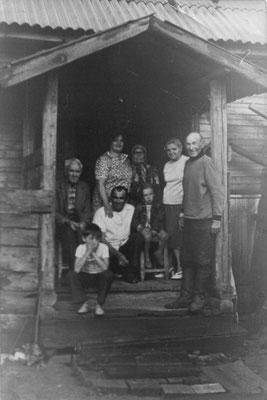 На крыльце дома, на фото дедушка, бабушка, мой дядя Леонид с женой (тогда жили в Латвии, сейчас он умер), в центре сижу я, остальных не помню.