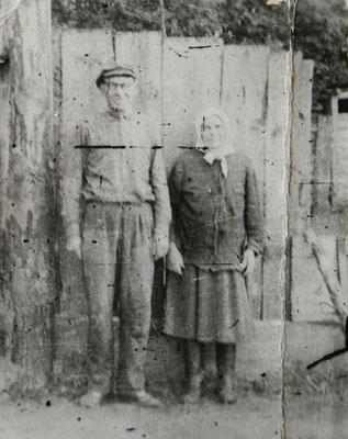 Дедушка Семён с бабушкой Соней на фоне забора (между домом и сараем был дворик, обнесённый забором)