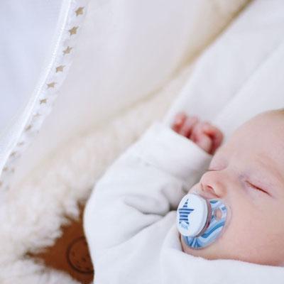 Baby schläft in Federwiege