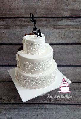Braun - Weisse Torte mit Schokoladenglasur und Spitze (dem Brautkleid abgeschaut) zur Hochzeit von Andrina und Jan
