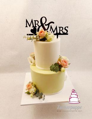 Hellgrün und Weiss mit Blumen passend zum Brautstrauss zur Hochzeit von Vanessa und Kevin