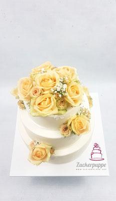 Echte Rosen und Blätter aus Zuckerspitze zur Hochzeit von Stefanie und André