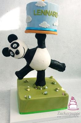 Der Panda tragt die Torte zum 2. Geburtstag von Lennard