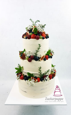 Semi-Naked-Cake mit Frischen Beeren, Feigen, Trauben, Rosmarin, Minze und Schleierkraut zur Hochzeit von Lisa und Eric