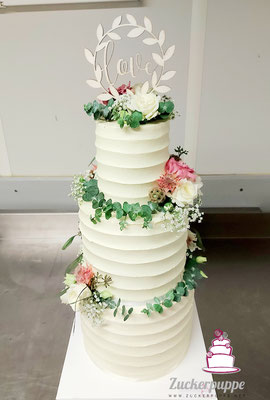 Buttercremelinien und Eucalyptus mit den passenden Blumen zur Hochzeit von Livia und Alex