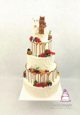 Handmodelliertes Milky&Chocolate Brautpaar mit schokoladendrip und frischen Beeren zur Hochzeit von Saskia und Olaf