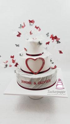 Unzählige Schmetterlinge in Weiss, Grau und Bordeaux zur Hochzeit von Janine und Olivier