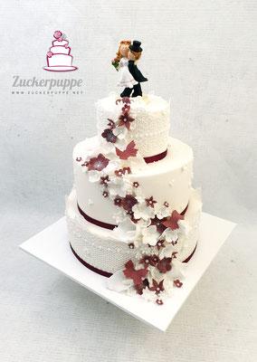 Blütenfluss in Weiss und Bordeaux zur Hochzeit von Marina und Thomas